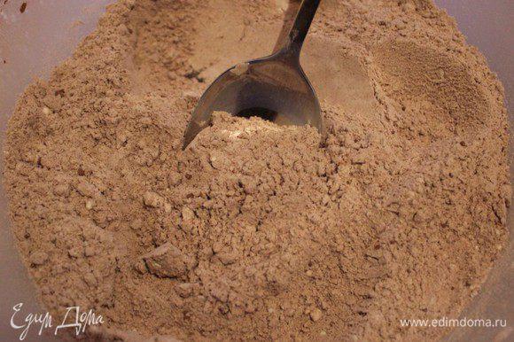 В другой чашке перемешать просеянную муку, разрыхлитель, какао-порошок, корицу и мускатный орех.