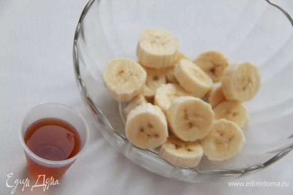 Банан нарезать ломтиками, смешать с коньяком и сахаром.