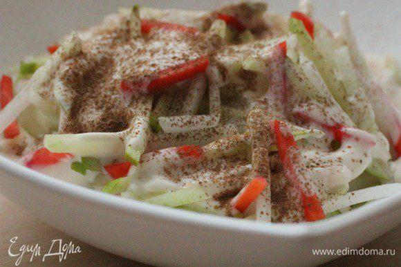 Салат третий - ДЕСЕРТНЫЙ... Яблоко, морковь и сельдерей нашинковать соломкой. Заправить ряженкой и посыпать корицей.