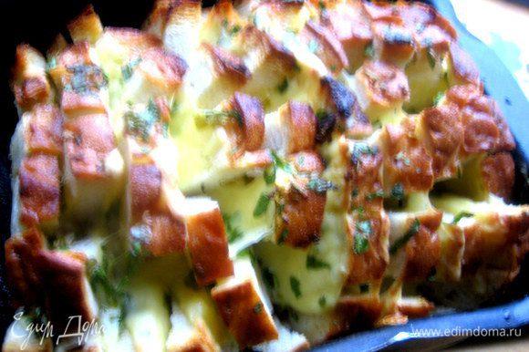 Выпекаем минут 20-25 до расплавления сыра. Если у вас духовка хорошо печёт верх, накройте вначале хлеб фольгой, а потом её уберите.