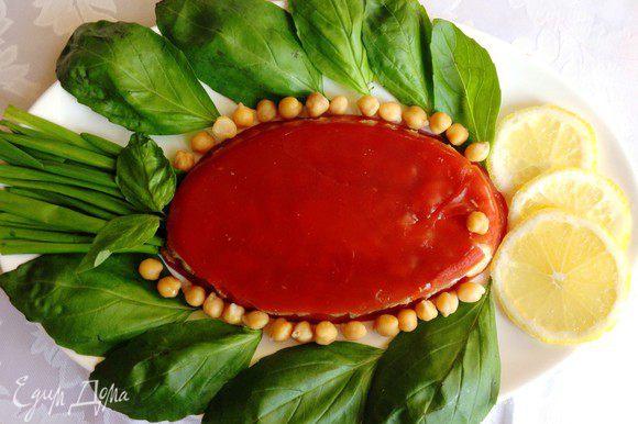 Перед подачей перевернуть холодец на блюдо, украсить дольками лимона и зеленью.