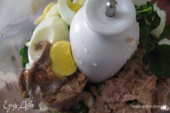 В кухонном комбайне измельчить тунец, оливки, каперсы, чеснок, петрушку, яйца, добавить сок лимона и майонез. Посолить и поперчить по вкусу. Начинка готова