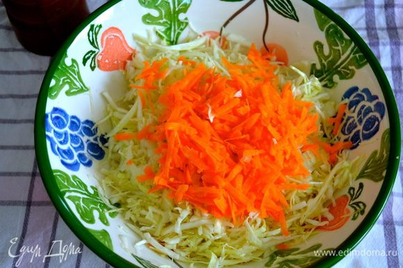 Морковь натереть на крупной терке и добавить к капусте.