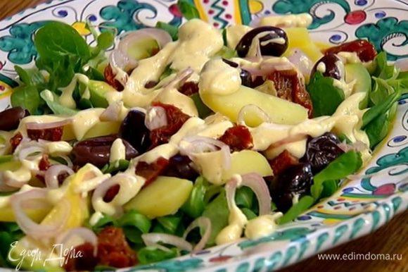 На салат разложить кольца замаринованного лука и полить все заправкой.