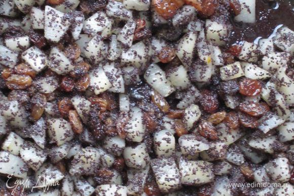 В сотейнике разогреть 60 г сливочного масла, добавить грушу, отжатый изюм, мак, сахар и готовить на среднем огне до испарения жидкости.