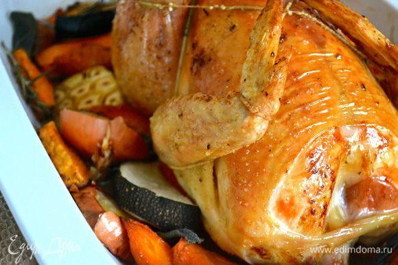 Готовое блюдо достать из духовки, накрыть цыпленка пищевой фольгой и оставить на 30 минут.
