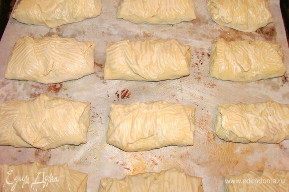 Переложить на противень, застеленный пекарской бумагой, смазать яйцом или майонезом как у меня. Выпекать 20 минут при 190°С.
