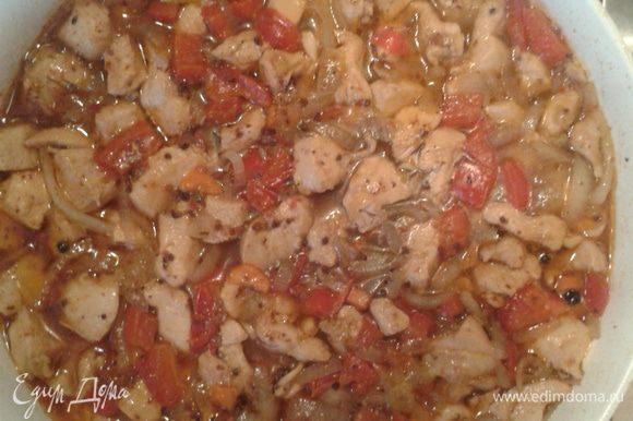 Нарезать морковь кружочками, лук полукольцами, перец кубиками, филе курицы кубиками. На разогретой сковороде потушите с добавлением подсолнечного масла лук, перец, морковь, затем добавьте филе курицы, затем налейте воды, чтобы накрыло курочку полностью, посолите, добавьте перец горошек и 3 столовые ложки сушеных помидоров. Тушите 15-20 минут.