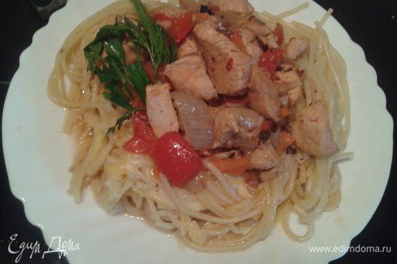 Затем опять спагетти и сверху куриное филе, полейте соусом, который получился при приготовлении филе, украсьте зеленью.