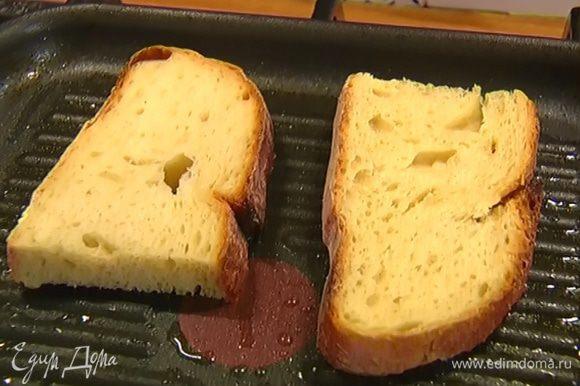 На сковороде, где жарился бекон, обжарить с двух сторон хлеб и переложить в другую посуду.