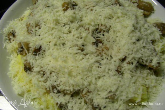 Сверху хорошо присыпаем сыром. Отправляем в духовку 200 гр минут на 7-10. Сыр должен растопиться и начать пузыриться.