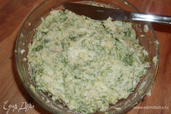 Сало отделяем от шкурки и нарезаем небольшими кусочками, чистим орехи, чеснок, все преремалываем в мясорубке вместе с зеленью (я люблю побольше) и немного перчика чили по вкусу, затем добавляем соль и перец и всё хорошо перемешиваем.