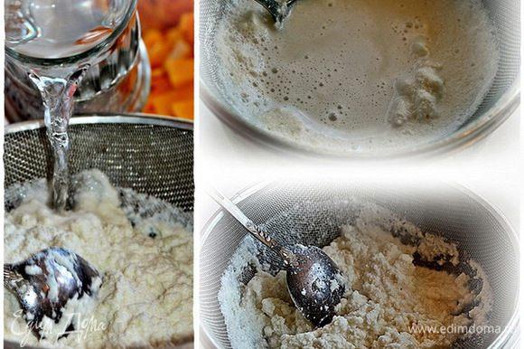 А в оставшуюся массу добавим еще два стакана воды. Ибо пропорция выжимки из миндаля – один к трем. Выльем, размешаем и еще раз хорошо отожмем.