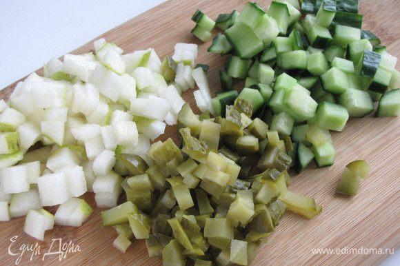 Порезать грушу, огурцы свежие и маринованные небольшим кубиком. Грушу лучше взять большую и твердую.