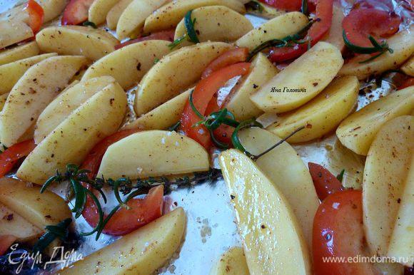 Налить масло на продвинь, добавить картошку и хорошо перемешать что бы вся картошка была покрыта маслом. Добавить розмарин, тмин, соль, перец, паприку и красный перец, всё перемешать.