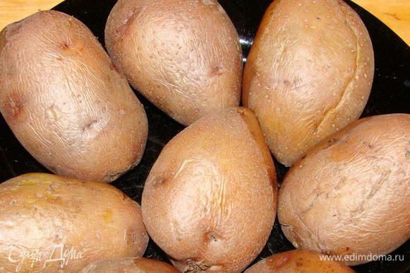 Итак, картофель должен быть одинакового размера и желательно как можно более правильной формы. Его надо помыть, отварить в мундире и остудить не до конца.