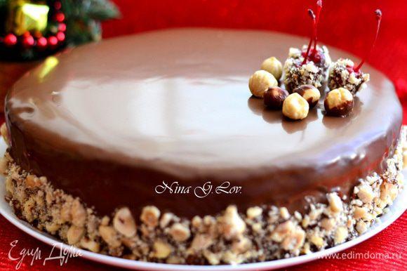 Приготовить ганаш, поломать на мелкие кусочки шоколад, разогреть сливки, не кипятить, добавить шоколад, масло,мешать до растворения шоколада, мешать не спеша, чтобы не было пузырьков. Остудить. Полить торт ганешем,бока украсить дробленным фундуком. Поставить в холодильник до застывания ганаша.