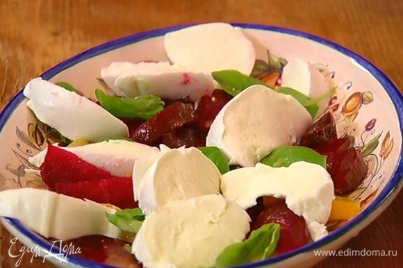 Выложить в блюдо апельсиновую мякоть, дольки свеклы, посыпать салат листьями базилика, полить заправкой, а сверху разложить моцареллу. Оставшуюся заправку подать к салату в отдельной посуде.