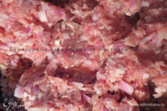 Лук очистить от кожуры, мелко порезать, добавить в фарш, посолить, поперчить. Курдючное сало порезать на мелкие кусочки и смешать с фаршем, посолить, поперчить, хорошо перемешать. Фарш помять.