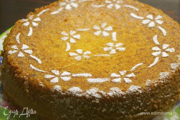 Готовый торт достать из духовки, дать постоять в форме 15 минут. Затем полностью остудить на решетке. Переложить бисквит на сервировояное блюдо и присыпать по желанию оставшейся сахарной пудрой.