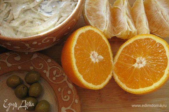 Из второго апельсина выдавить сок, поместить в небольшую кастрюльку с толстым дном, поставить нагреваться, довести до кипения, уменьшить огонь, уварить до половины, добавить масло, соль, размешать.