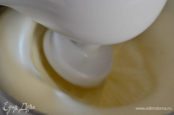 Включить духовку на температуру 180 градусов. Первым делом засыпать яйца сахаром и взбивать на высокой скорости миксера до бела и увеличения их в раза 4, взбивать не менее 15 минут.