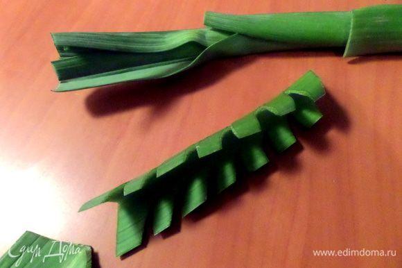 Ёлочку из порея я уже показывала подробно,как делать: http://www.edimdoma.ru/retsepty/62344-salat-iz-kvashenoy-kapusty