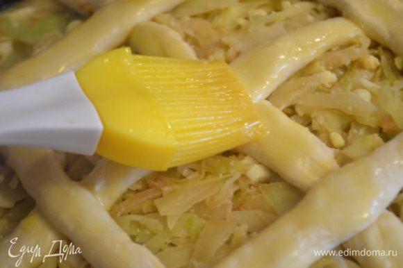 Смазать тесто яйцом. Отправить в духовку на 45 минут при 180 градусов.