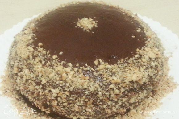 Облить глазурью торт, бока присыпать фундуком.