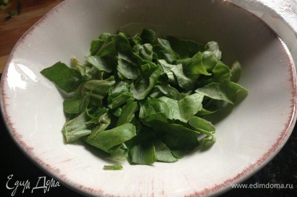 Помыть и высушить салатные листья (я использовала бостонский салат и у меня ушло 2 больших листа). Порвать их руками на блюдо.