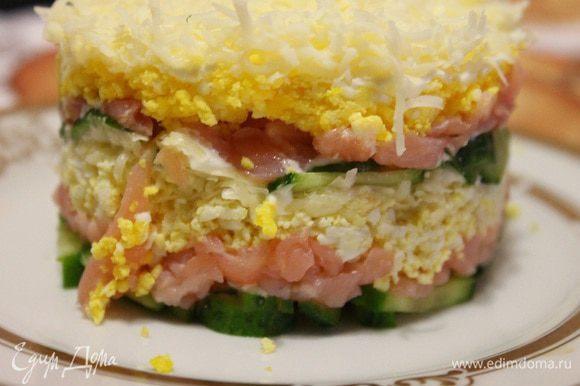 Еще раз повторяем все слои. Получается двухъярусный салат. Убираем его на час в холодильник и перед подачей снимаем бумажное кольцо! Приятного аппетита!))
