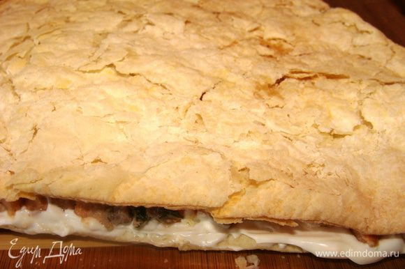 Накрыть следующим слоем, придавить руками. Помазать слой теста майонезом, сверху выложить половину сыра. Сыр накрыть третьим слоем теста, опять придавить.