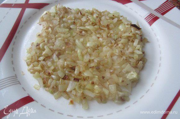 Репчатый лук мелко порезать и обжарить на 2 ст.л. масла до золотистого цвета, выложить ровным слоем на плоское блюдо.