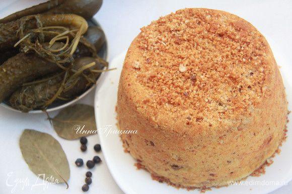 Вынуть пирог из духовки и дать ему постоять в форме полчаса. Затем перевернуть на блюдо.