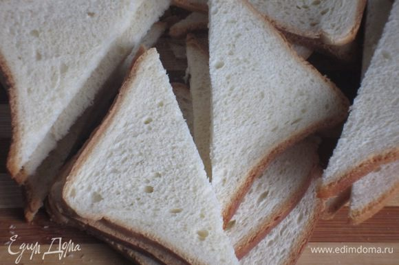 Хлеб разрезать по диагонали, выложить на противень с пергаментом и поставить в разогретую до 200 °С духовку под гриль на несколько минут.