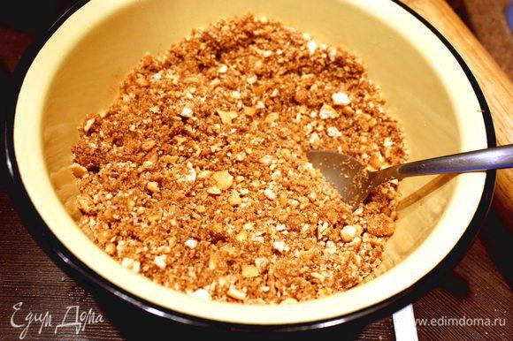 Растолочь печенье в мелкую крошку. Добавить к крошке растопленное сливочное масло, какао, оливковое масло и все тщательно перемешать. Вырезать из пергаментной бумаги круг диаметром вашей формы для выпекания. Выложить смесь на пергамент и хорошенько примять. Убрать форму в холод на 20 минут.