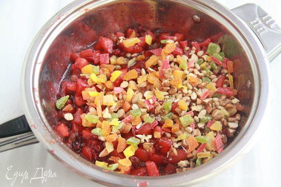 """Теперь добавим разноцветных """"самоцветов"""". Курагу, орехи (в рецепте бразильский, миндаль, пекан и фундук, а у меня миндаль, грецкий и кедровые) и тропические сухофрукты (ананас, папайя) нарезать небольшими кусочками. Добавить к основной массе, перемешать, прогреть минуту, снять с огня."""