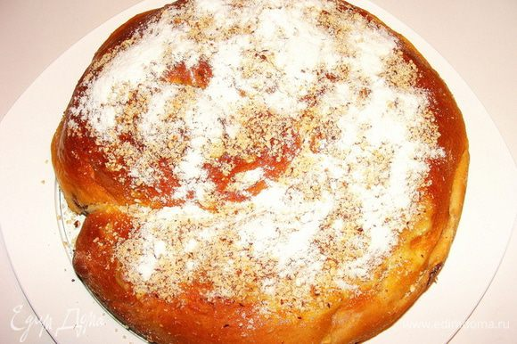 Второй пирог, помимо орешков, я еще сахарной пудрой посыпала.