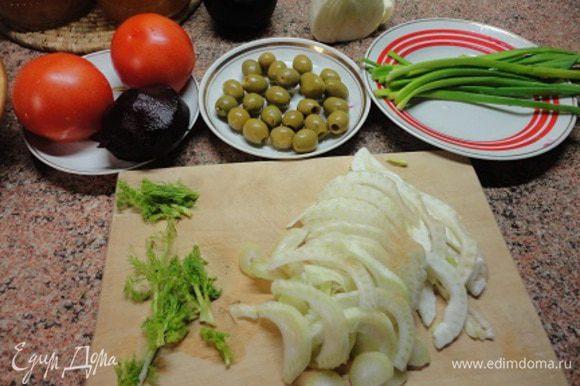Подготовить овощи. Свеклу отварить.