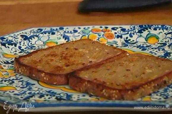 Разогреть в сковороде оливковое и сливочное масло и обжарить хлеб с двух сторон.