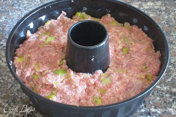 Форму смазать оливковым маслом, выложить массу и разровнять. Сбрызнуть оливковым масло и запекать в разогретой до 200°С духовке 50-60 минут.
