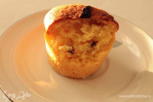Готовые кексы оставить в выключенной духовке на 5 минут, затем достать и остудить в формочках (кексы могут немного осесть), украсить сахарной пудрой. Приятного всем чаепития!