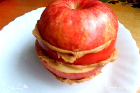 Теперь собираем сэндвич-яблоко и прижимаем слои.