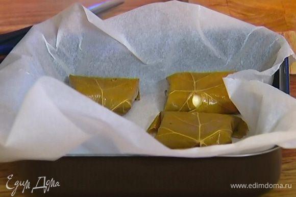 Небольшой противень выстелить бумагой для выпечки, выложить конвертики с сулугуни и запекать в разогретой духовке 10‒15 минут.