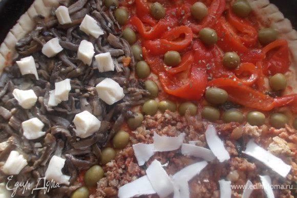 Затем добавляем сыры и оливки сверху. Отправляем в разогретую духовку 250 С. на 15 минут.