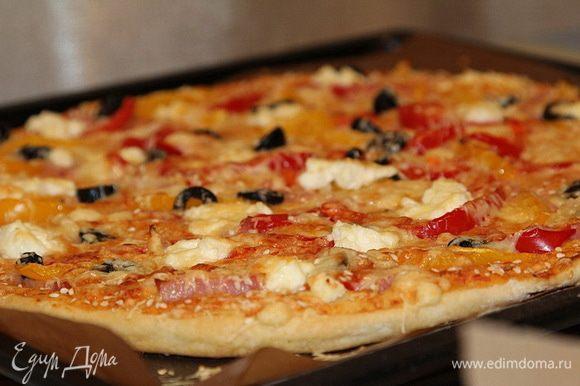 Выпекать в духовке при температуре 200 градусов 35 мин. Соус должен стать ярко-оранжевым, а пицца румяной!