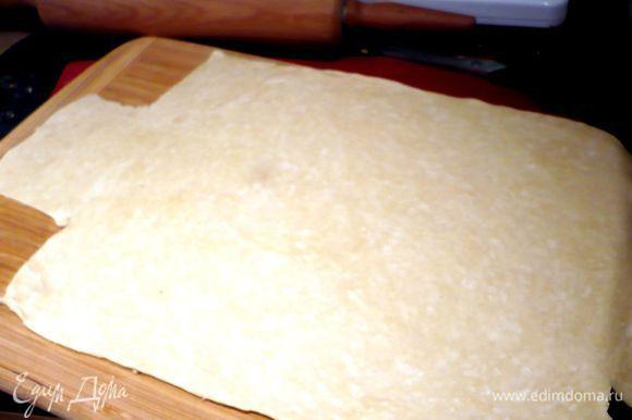 Замешаем в хлебно-мясную массу шампиньоны и фисташки. Духовку разогреваем до 180 градусов. Смажем форму сливочным маслом. У меня форма коварная немного, поэтому я ее выстелила смазанной сливочным маслом фольгой. Тесто разделим на две неравные части. Меньшую часть (примерно одна третья часть) раскатаем на присыпанной мукой поверхности в прямоугольный пласт толщиной примерно 4 мм.