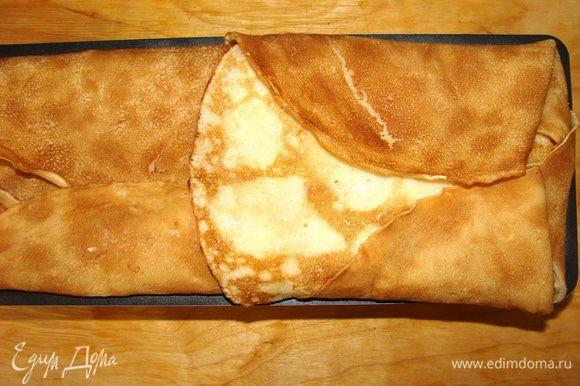 Завернуть свисающие концы блинчиков, смазывая их маслом или белком.