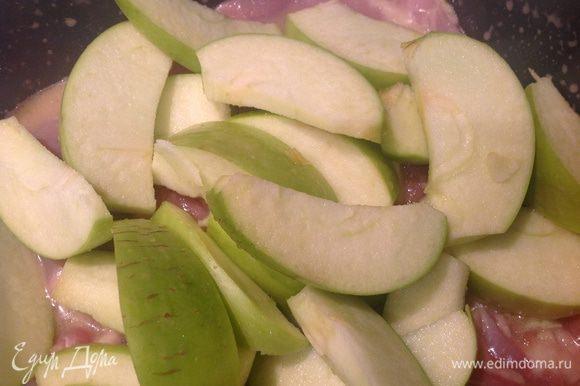 У яблок удалить сердцевину, нарезать дольками. Выложить к курице, все перемешать.