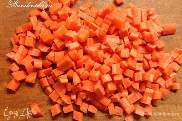 Тем временем, помыть, почистить и порезать мелкими кубиками морковь. Так же порезать болгарский перец и баклажан (примерно 1 х 1 см).